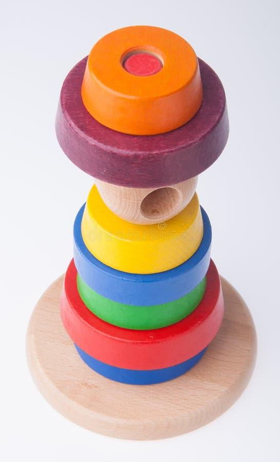 Het leren de piramidestuk speelgoed van de kind houten kleur stock fotografie
