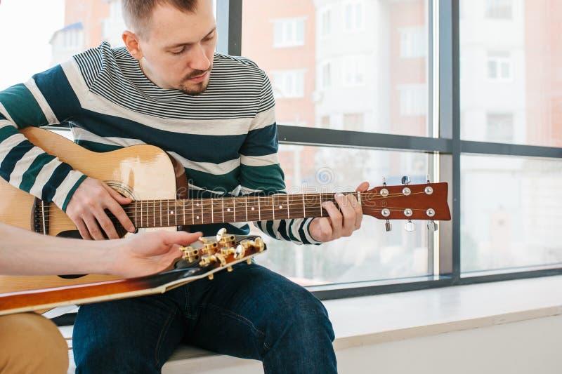 Het leren om de gitaar te spelen stock foto
