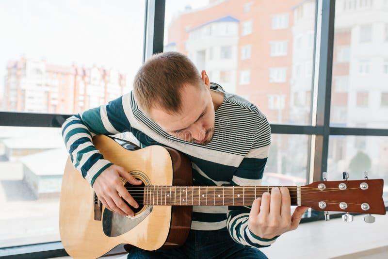 Het leren om de gitaar te spelen Muziekonderwijs royalty-vrije stock afbeeldingen