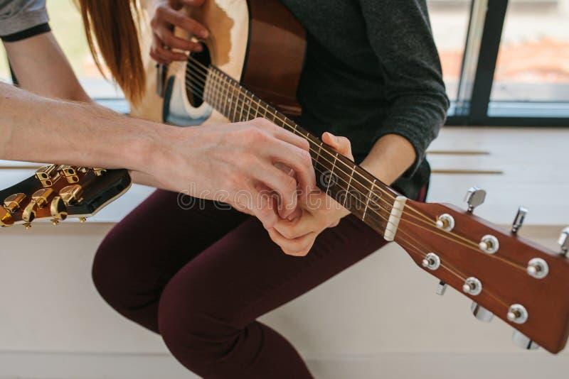 Het leren om de gitaar te spelen Muziekonderwijs en buitenschoolse lessen royalty-vrije stock fotografie