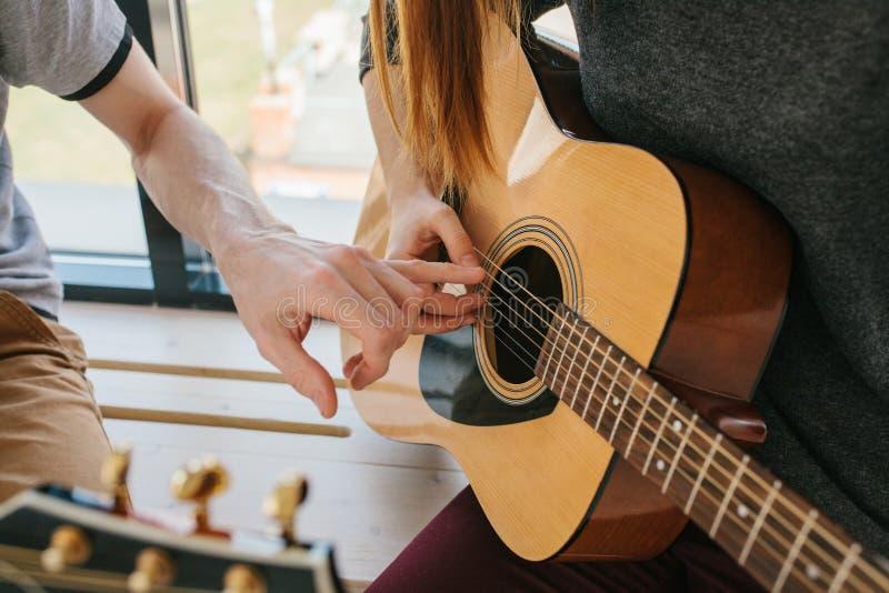 Het leren om de gitaar te spelen Muziekonderwijs en buitenschoolse lessen royalty-vrije stock foto's