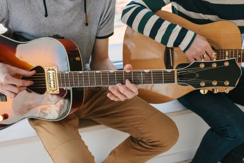 Het leren om de gitaar te spelen Muziekonderwijs en buitenschoolse lessen Hobbys en enthousiasme voor het spelen gitaar en royalty-vrije stock foto