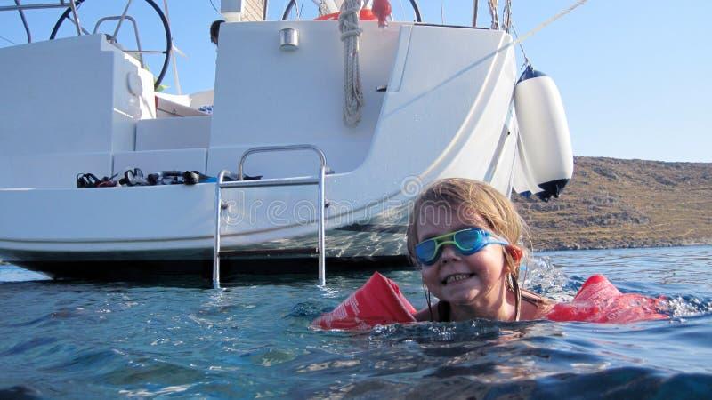 Het leren om in de oceaan te zwemmen stock foto