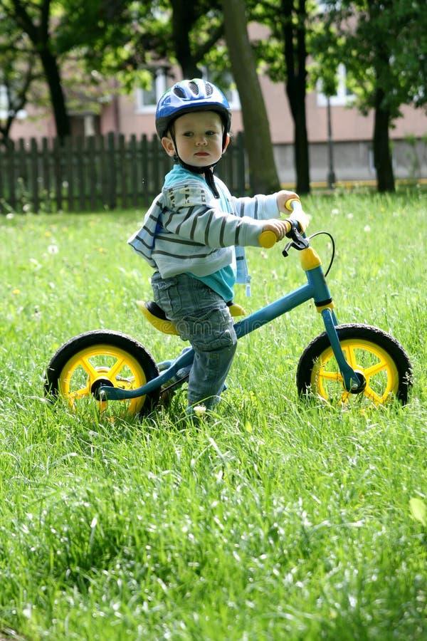 Het leren om op een eerste fiets te berijden stock afbeeldingen