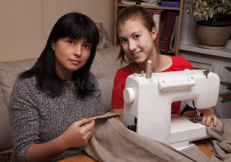 Het leren te naaien stock foto