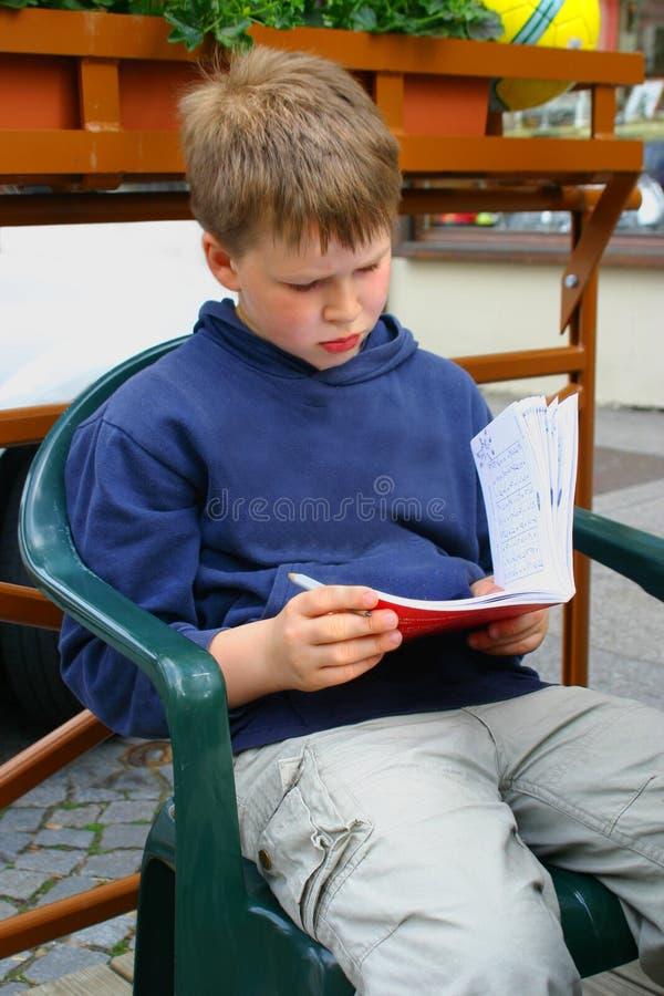 Het leren van de jongen stock afbeeldingen