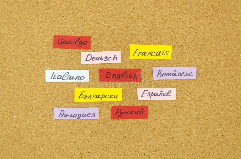 Het leren van het Nieuwe Taal concept De Kaarten van de flits met namen van talen die op een kurkraad worden gevestigd royalty-vrije stock foto's