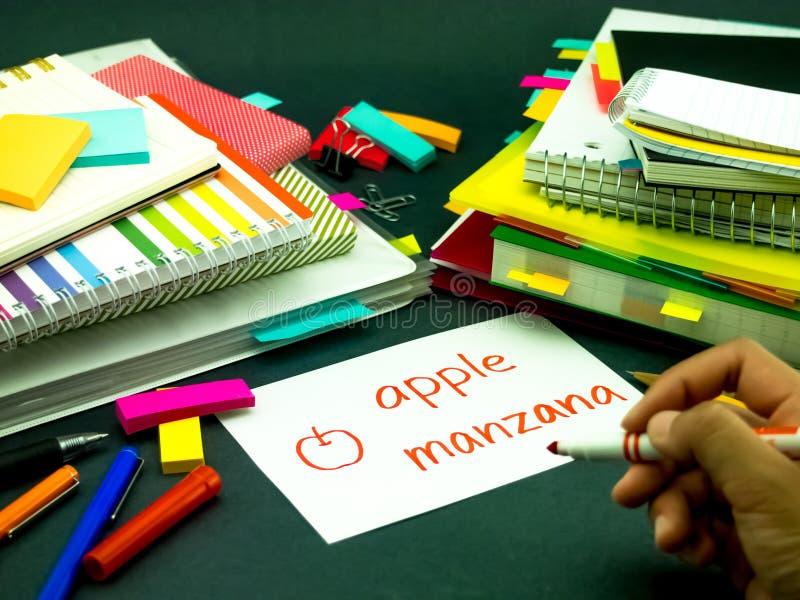 Het leren van Nieuwe Taal die Originele Flitskaarten maken; Spaans stock afbeelding