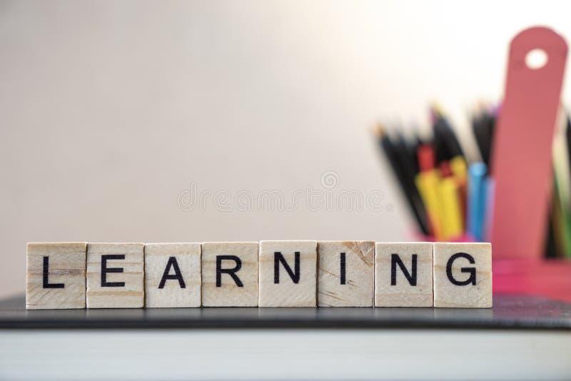 Het leren woord uit houten elementen met de brieven wordt bijeengezocht, e dat royalty-vrije stock fotografie