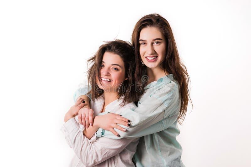 Het lesbische jonge paar huging op witte achtergrond royalty-vrije stock fotografie