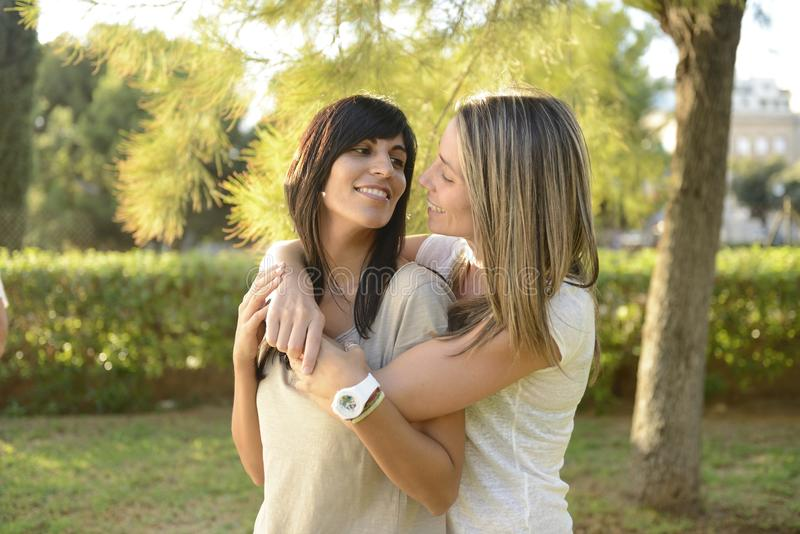 Het lesbische paar koesteren royalty-vrije stock foto