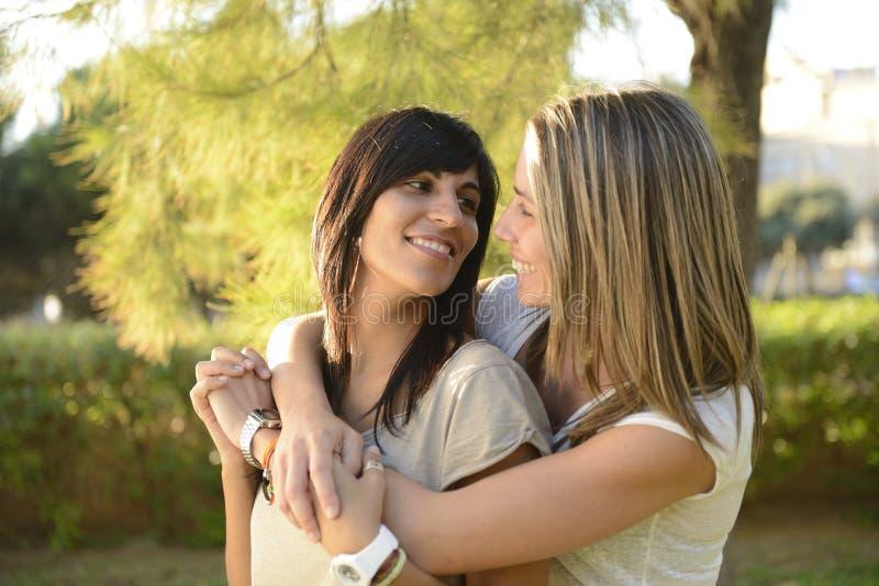 Het lesbische paar koesteren stock foto's