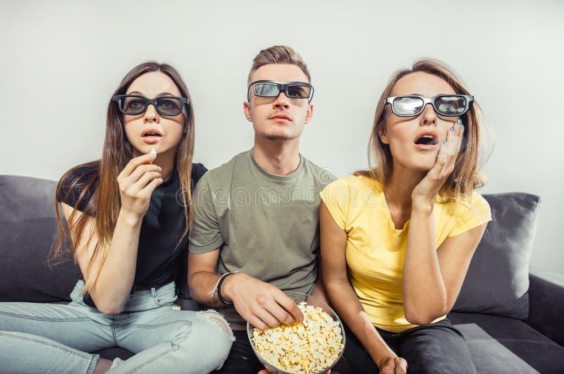 Het letten op Film met Vrienden stock foto's