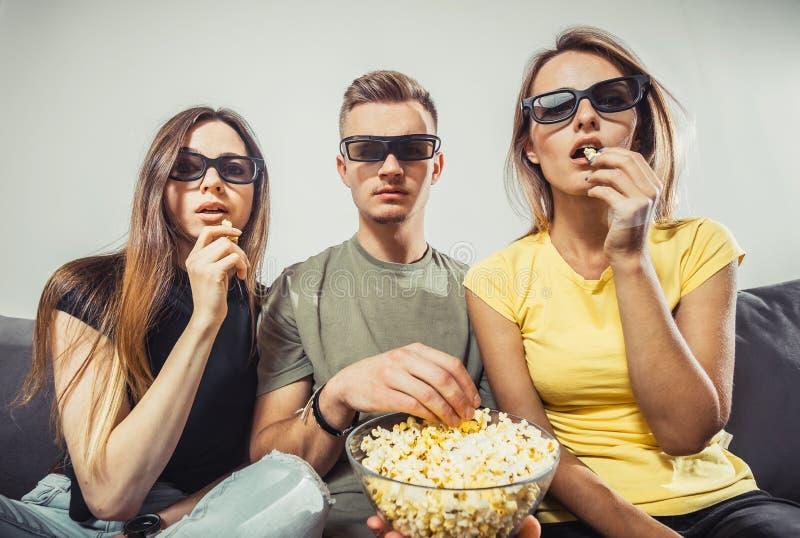 Het letten op Film met Vrienden stock foto