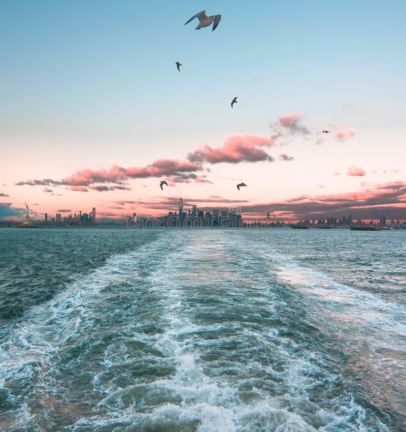 Het letten op Manhattan verdwijnt op Staten Island Ferry stock fotografie
