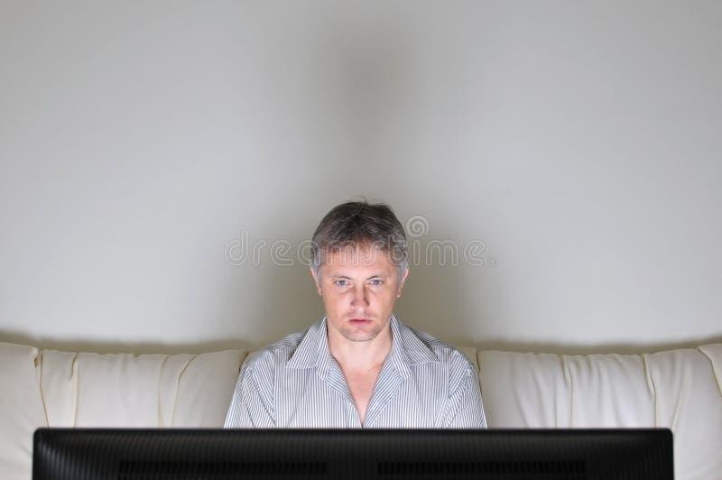 Het letten op televisie stock fotografie
