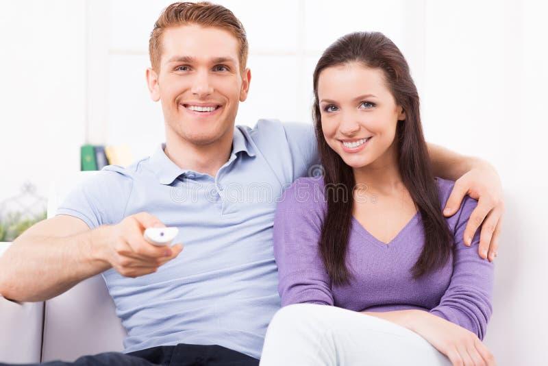 Het letten op TV samen royalty-vrije stock afbeeldingen