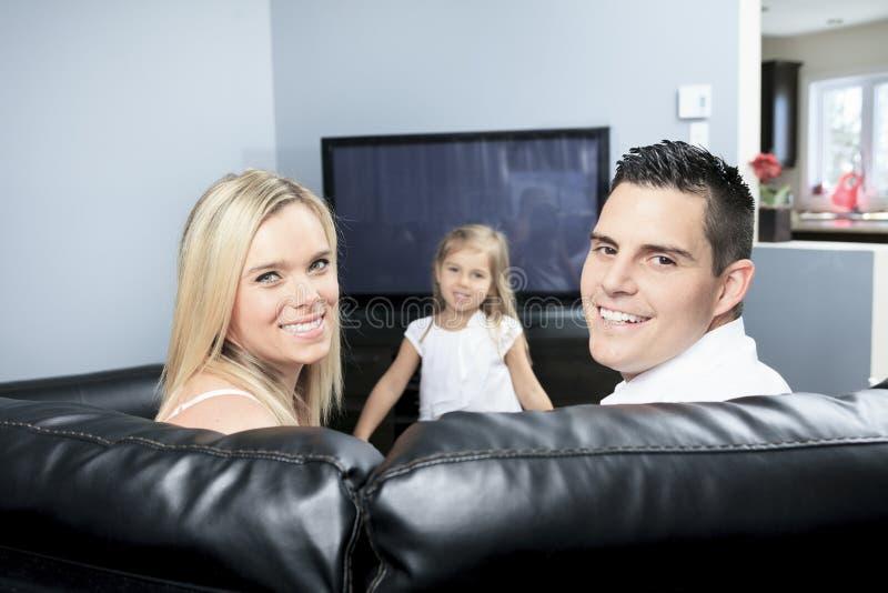 Het letten op TV samen thuis royalty-vrije stock afbeeldingen