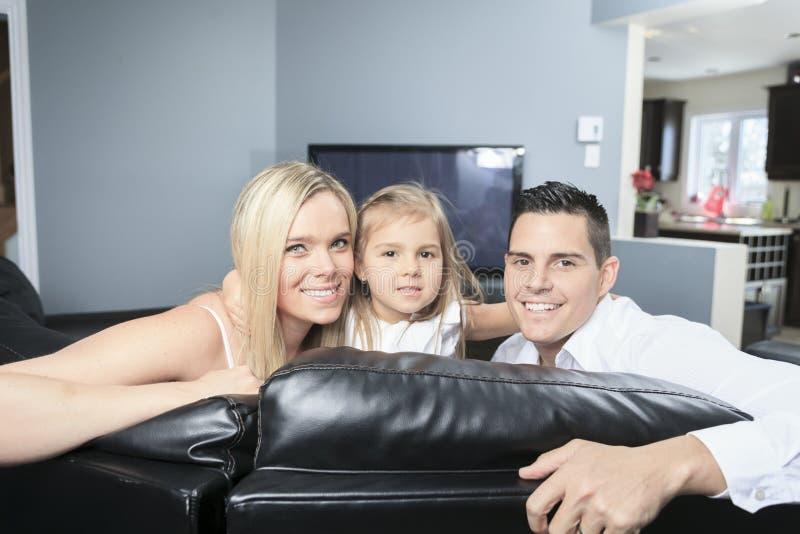 Het letten op TV samen thuis royalty-vrije stock fotografie