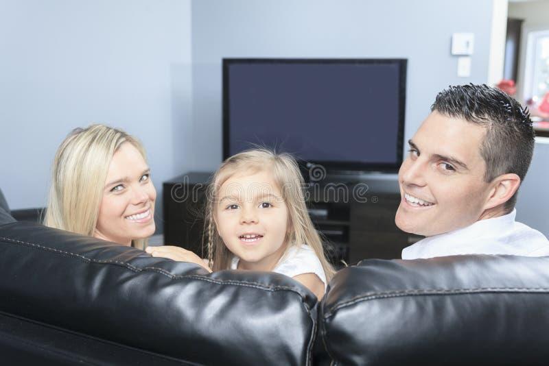 Het letten op TV samen thuis stock foto