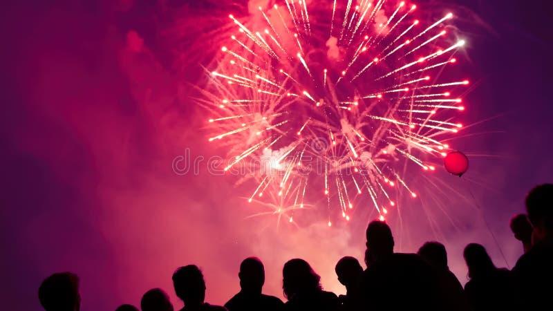 Het letten op van de menigte vuurwerk royalty-vrije stock afbeeldingen