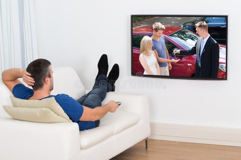 Het Letten op van de mens Televisie royalty-vrije stock afbeeldingen