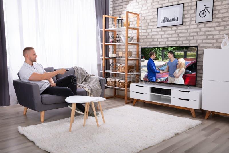 Het Letten op van de mens Televisie stock afbeeldingen