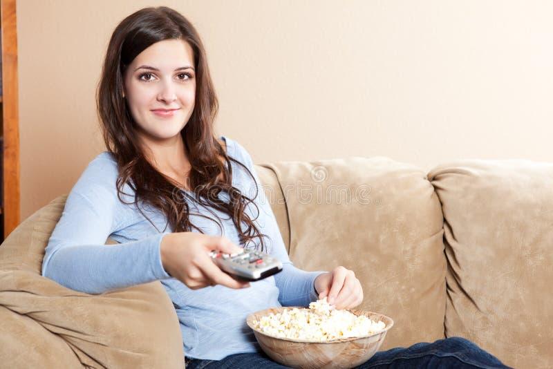 Het letten op van de vrouw televisie stock fotografie