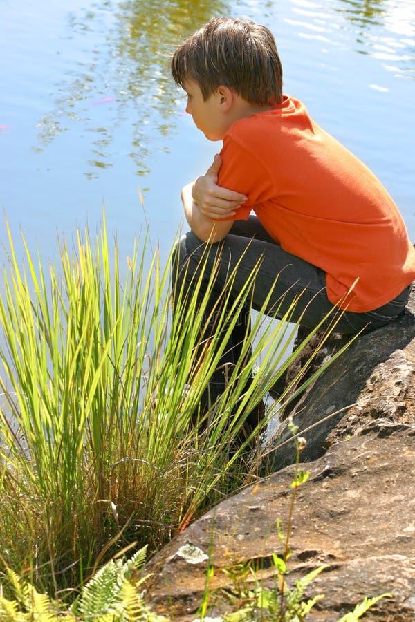 Het letten op van het kind vissen stock afbeelding