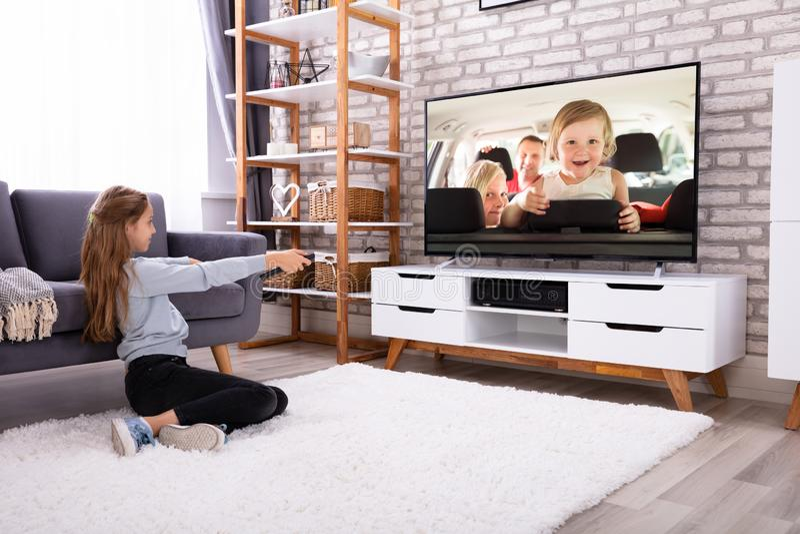 Het Letten op van het meisje Televisie royalty-vrije stock foto