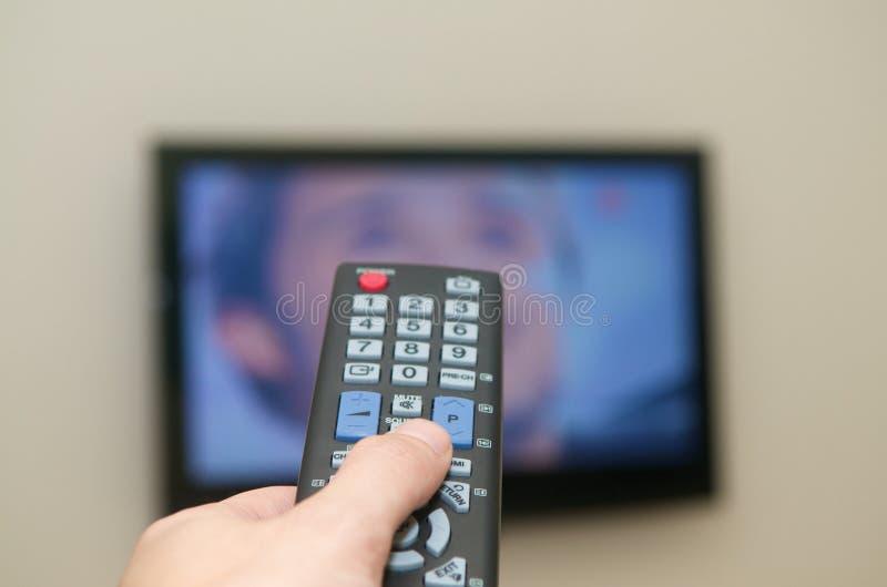 Het letten op verre TV royalty-vrije stock afbeeldingen