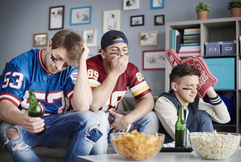 Het letten op voetbalspel stock foto