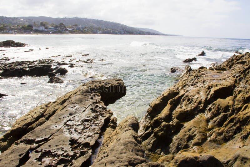 Het letten van de op branding op de rotsachtige kustlijn De zuidelijke bestemming van de de Kustlijnvakantie van Californië stock fotografie