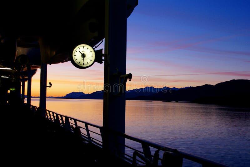 Het letten van de op zonsondergang, cruiseschip royalty-vrije stock foto