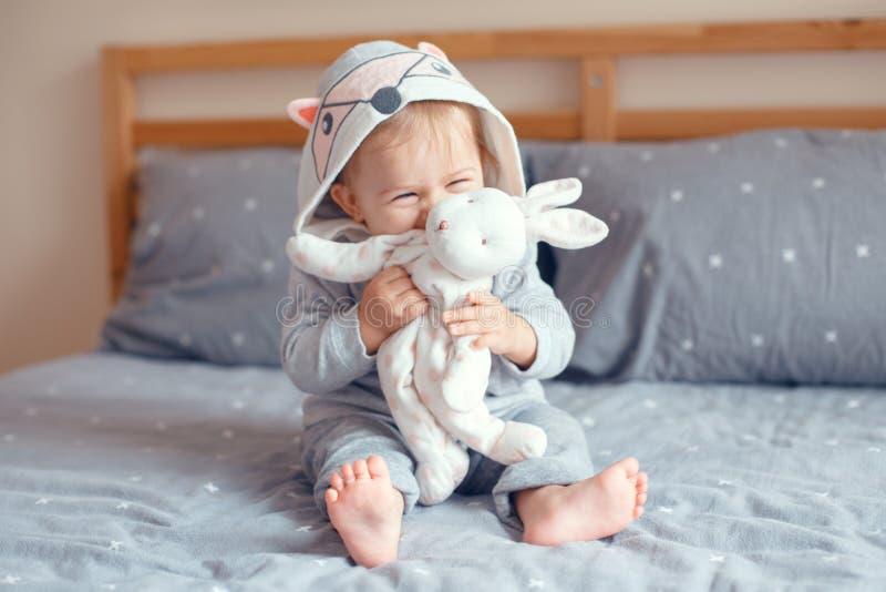 Het leuke aanbiddelijke Kaukasische meisje van de blonde glimlachende baby met blauwe ogen royalty-vrije stock foto