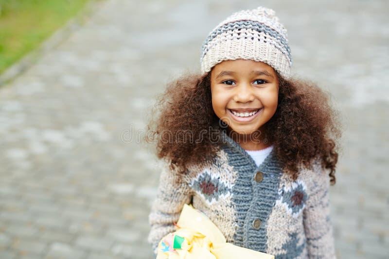 Het leuke Afrikaans-Amerikaanse Meisje Dragen breit royalty-vrije stock foto