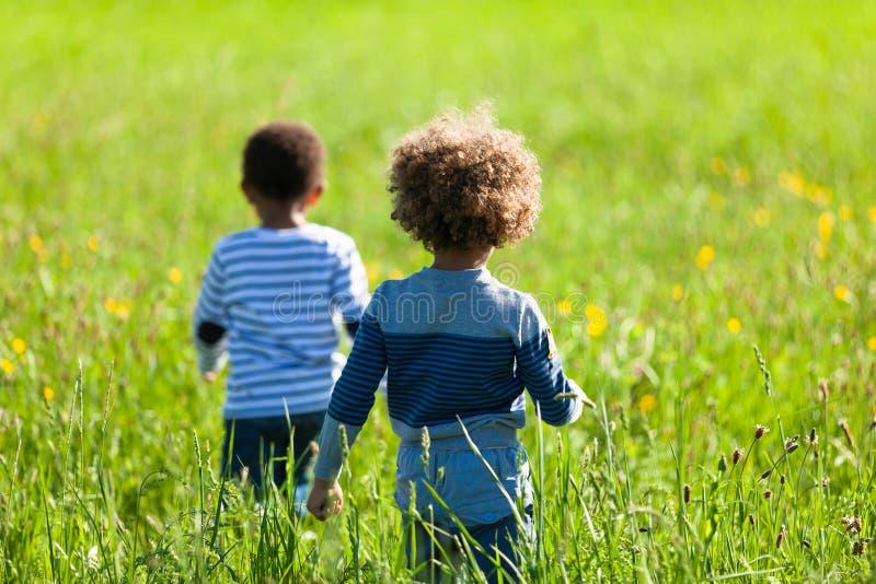 Het leuke Afrikaanse Amerikaanse kleine jongens openlucht spelen - Zwarte peopl royalty-vrije stock afbeeldingen