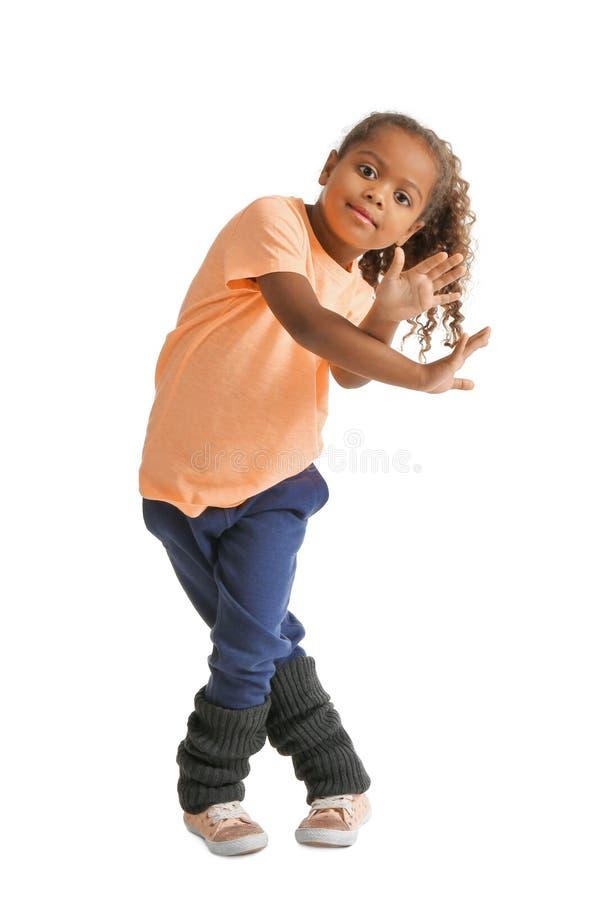 Het leuke Afrikaanse Amerikaanse meisje dansen royalty-vrije stock afbeeldingen