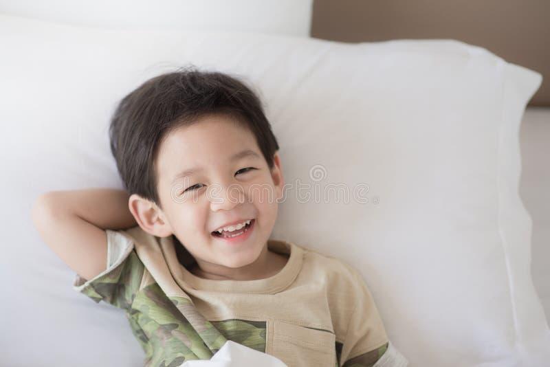 Het leuke Aziatische kind liggen stock foto