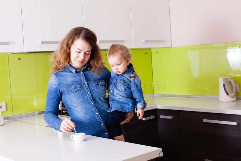 Het leuke baby letten op aan de koffie op de keuken royalty-vrije stock foto