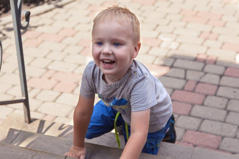 Het leuke babyjongen glimlachen openlucht op achteryard royalty-vrije stock afbeeldingen