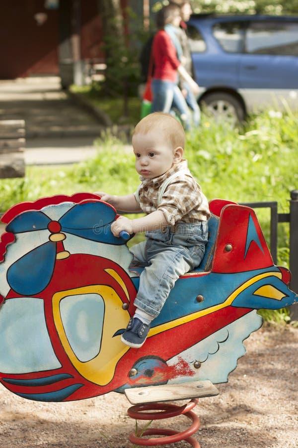 Het leuke babyjongen spelen bij playgroun royalty-vrije stock foto's