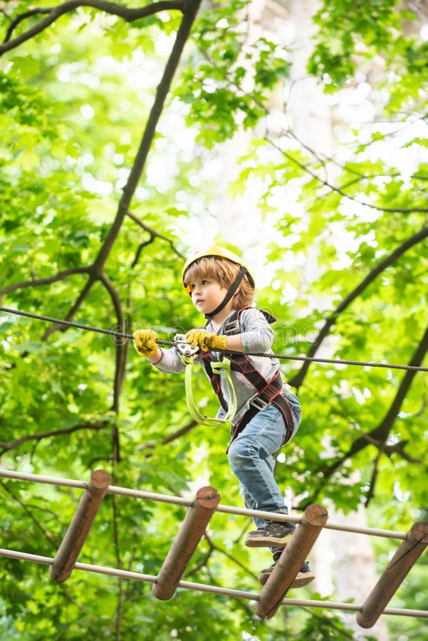 Het leuke babyjongen spelen Jong geitje die bomen in park beklimmen Stijging en jonge geitjesconcept Mooi weinig kind die en pret royalty-vrije stock afbeeldingen