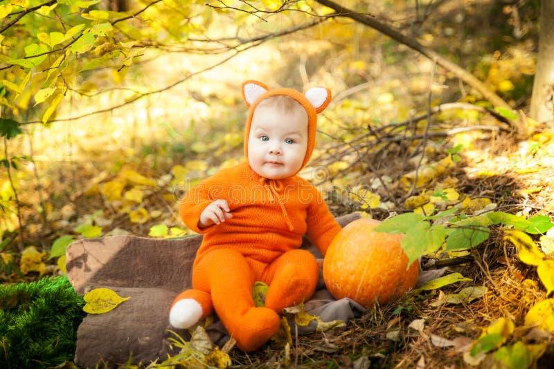 Het leuke babymeisje kleedde zich in voskostuum stock foto