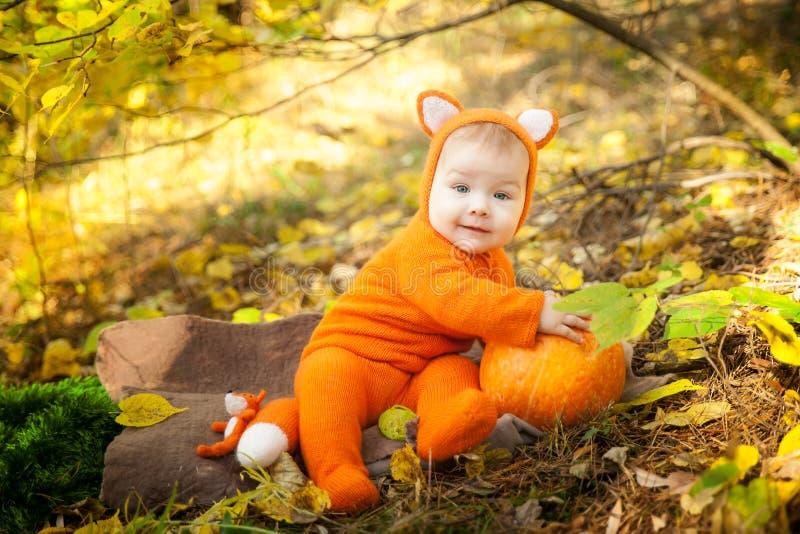 Het leuke babymeisje kleedde zich in voskostuum royalty-vrije stock foto