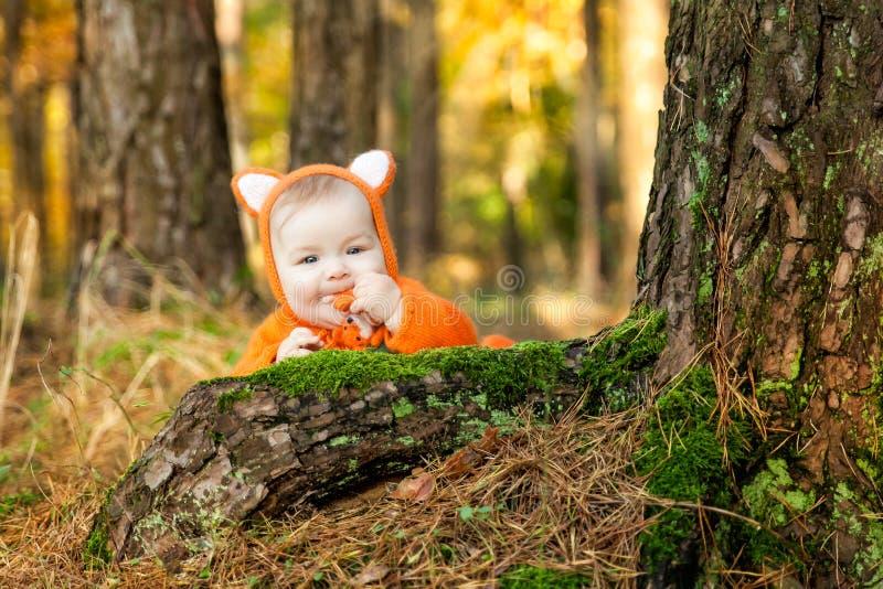 Het leuke babymeisje kleedde zich in voskostuum stock afbeeldingen