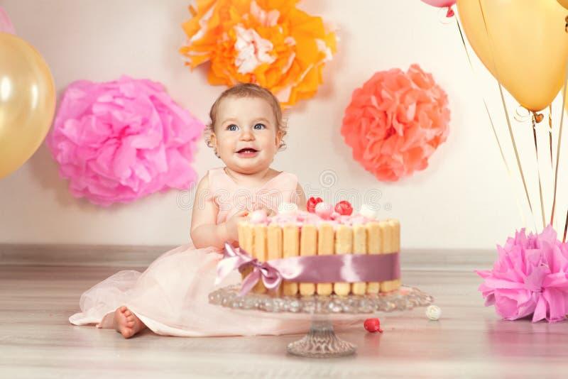 Het leuke babymeisje viert verjaardag één jaar royalty-vrije stock foto