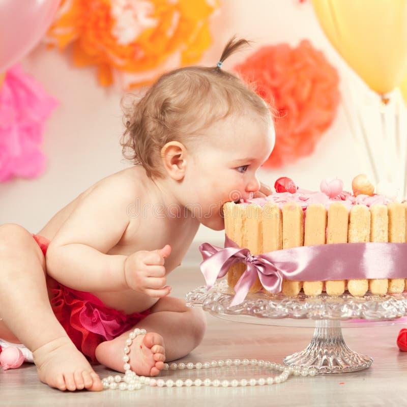 Het leuke babymeisje viert verjaardag één jaar stock afbeeldingen