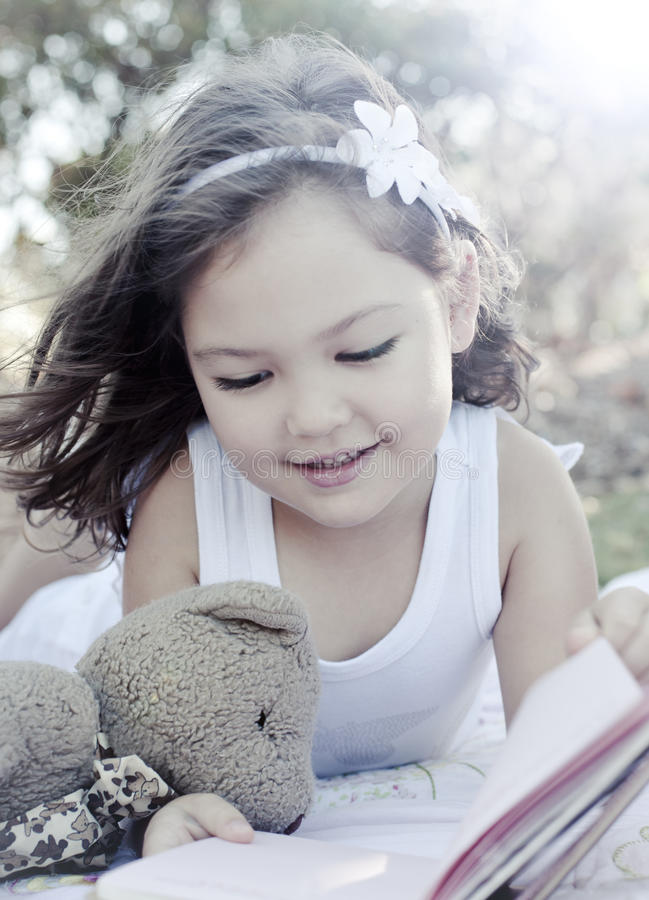 Het leuke boek van de meisjeslezing royalty-vrije stock fotografie