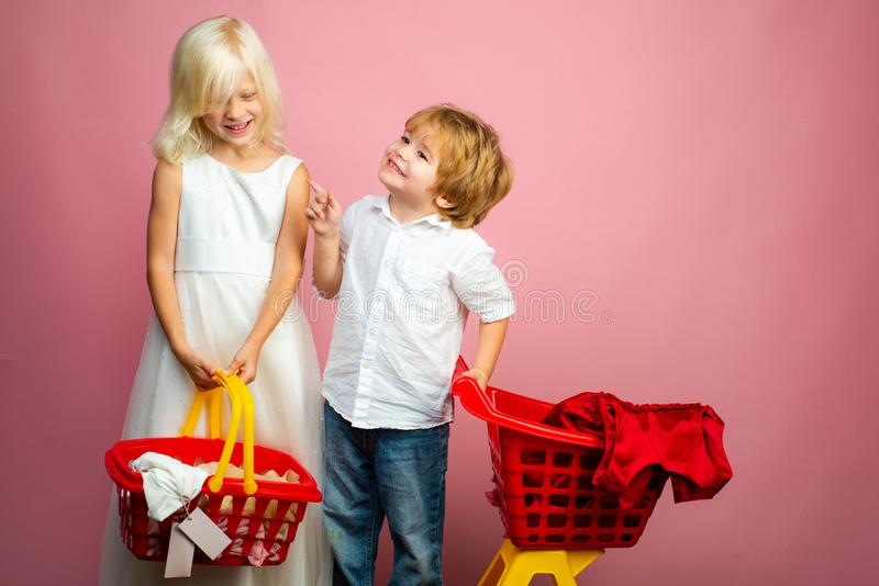 Het leuke boodschappenwagentje van de de cli?ntgreep van de kopersklant Koop met korting Meisje en jongenskinderen het winkelen D royalty-vrije stock afbeeldingen